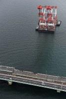 橋桁の撤去作業が始まった関西国際空港の連絡橋=2018年9月12日午前11時9分、本社ヘリから小松雄介撮影