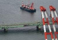 破損した橋桁の撤去作業が始まった関西国際空港の連絡橋=2018年9月12日午前11時13分、本社ヘリから小松雄介撮影