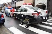 発砲現場で、レッカー移動される大破したパトカー=大阪市生野区巽西で2018年9月12日午前8時13分、土田暁彦撮影