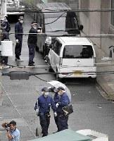 警察官が発砲した現場周辺を調べる捜査員ら=大阪市生野区で2018年9月12日午前8時41分、望月亮一撮影(画像の一部を加工しています)