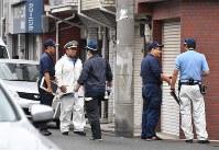 警察官が発砲した現場周辺を調べる捜査員ら=大阪市生野区で2018年9月12日午前8時36分、望月亮一撮影