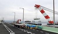 クレーン船でつり上げられ、台船に載せられる関西国際空港の連絡橋の損傷した橋桁=2018年9月12日午後3時半、幾島健太郎撮影