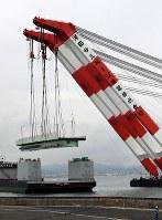 クレーン船でつり上げられ、台船に載せられる関西国際空港の連絡橋の損傷した橋桁=2018年9月12日午後3時21分、幾島健太郎撮影