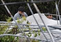 最大震度7を記録した大地震による土砂崩れで男性が亡くなった現場で涙を拭う親族たち=北海道厚真町で2018年9月12日午後3時31分、山崎一輝撮影