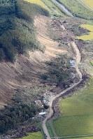 土砂崩れで多くの犠牲者が出た集落では道路の上の土砂が取り除かれていた=北海道厚真町で2018年9月12日午前9時54分、本社機「希望」から梅村直承撮影
