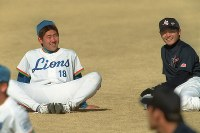 西武の春季キャンプに参加した全日本候補の杉内(右)と松坂=2000年2月1日、河内安徳撮影