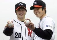 ダイエー新入団の寺原隼人投手(左)と杉内俊哉投手=福岡ドームで2001年12月、田中雅之撮影