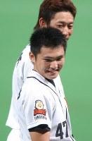 【ダイエー13-0阪神】試合終了後、ヒーローインタビューで笑顔を見せる杉内俊哉=福岡ドームで2003年10月19日、木葉健二撮影