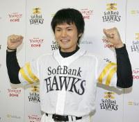 沢村賞を受賞し笑顔でポーズをとる杉内俊哉=2005年10月24日
