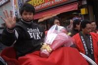 西新商店街連合会は、最も輝いた福岡ソフトバンクホークスの選手に贈る「MIP賞」に杉内俊哉投手を選び、同商店街をパレードした=2005年12月18日、船木敬太撮影