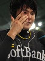 【日本ハム0-1ソフトバンク】ヒーローインタビューで涙ぐむソフトバンク杉内俊哉=札幌ドームで2010年9月25日、小出洋平撮影