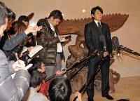 球団事務所を訪れ、退団の意思を伝えて巨人への移籍を表明したソフトバンクの杉内俊哉(右端)=ヤフードームで2011年12月19日午前10時22分、野田武撮影