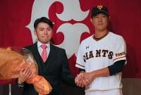 現役引退の記者会見を終え、チームメートの内海(右)と記念撮影に応じる杉内=東京都内のホテルで2018年9月12日午後4時36分、長谷川直亮撮影