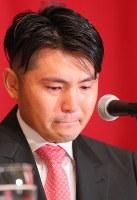 引退記者会見で言葉につまり、涙をこらえる杉内=東京都内のホテルで2018年9月12日午後4時5分、長谷川直亮撮影