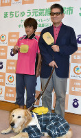 視覚障害者卓球の全国大会に出場する冨永明美さん(左)と森澤吉行さん=三重県名張市役所で、広瀬晃子撮影