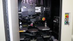 オバーク解析装置。中央の円盤に半導体を載せてレーザーを照射する