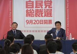 自民党総裁選の記者会見で質問に答える安倍信三首相(右)と石破茂元幹事長(9月10日撮影)