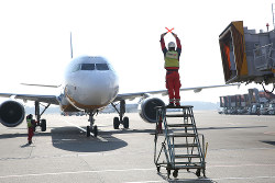 スイスポート・ジャパンが手がける航空機誘導業務 丸紅提供