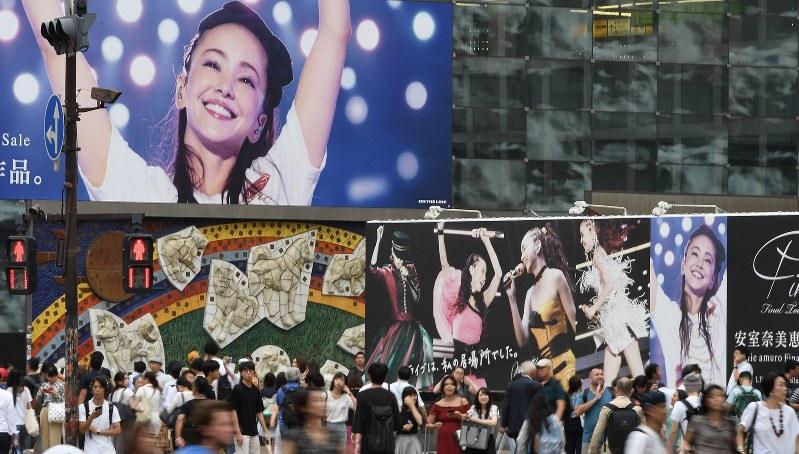 安室奈美恵さんの最後のライブツアーを収めた映像作品の広告看板=東京・渋谷駅前で2018年8月29日、竹内紀臣撮影