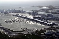 滑走路が浸水した関西国際空港=2018年9月4日午後6時、本社ヘリから