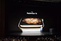 アップルが発表した腕時計端末「アップルウオッチ」の新製品=米西部カリフォルニア州で2018年9月12日、清水憲司撮影