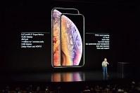 アップルが発表したスマートフォンの新商品「iPhone(アイフォーン)XSMax(テン・エス・マックス)」(左)と「XS(テン・エス)」=米西部カリフォルニア州で2018年9月12日、清水憲司撮影