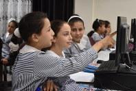 コンピューターの授業を受ける生徒ら=ガザ市でUNRWAが運営するリマル中等学校で2018年9月5日、高橋宗男撮影