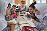 アラビア語の授業でグループ討議する生徒ら=ガザ市でUNRWAが運営するリマル中等学校で2018年9月5日、高橋宗男撮影