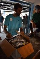配給品のひまわり油や粉ミルクを受け取るパレスチナ難民=ガザ市近郊のビーチキャンプで2018年9月5日、高橋宗男撮影