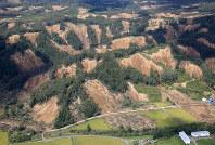 大規模な崩落が手付かずの状態の厚真町の山々=北海道厚真町で2018年9月12日午前10時3分、本社機「希望」から梅村直承撮影