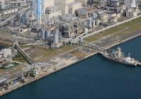 敷地の一部に砂のようなものが見える苫東厚真発電所=北海道厚真町で2018年9月12日午前9時33分、本社機「希望」から梅村直承撮影