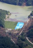 決壊の恐れのある厚真ダム=北海道厚真町で2018年9月12日午前10時、本社機「希望」から梅村直承撮影