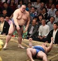 稀勢の里(左)が上手投げで正代を降す=東京・両国国技館で2018年9月13日、丸山博撮影