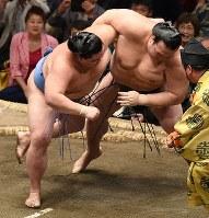 稀勢の里(右)が上手投げで正代を降す=東京・両国国技館で2018年9月13日、丸山博撮影