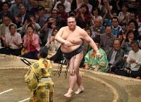 正代を上手投げで降した稀勢の里=東京・両国国技館で2018年9月13日、丸山博撮影