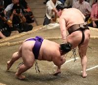 土俵際で踏みとどまった後、貴景勝をはたき込みで降す白鵬(右)=東京・両国国技館で2018年9月13日、丸山博撮影