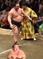 土俵際で踏みとどまった後、貴景勝をはたき込みで降した白鵬(奥)=東京・両国国技館で2018年9月13日、丸山博撮影
