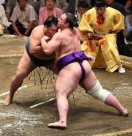 激しくぶつかり合う御嶽海(左)と栃ノ心=東京・両国国技館で2018年9月13日、丸山博撮影