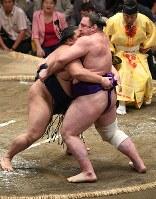 御嶽海(右)が寄り切りで栃ノ心を破る=東京・両国国技館で2018年9月13日、丸山博撮影