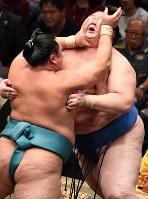 玉鷲に激しく攻められる逸ノ城(右)。最後は逸ノ城が寄り切った=東京・両国国技館で2018年9月13日、丸山博撮影