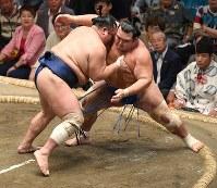 北勝富士(左)が琴奨菊を押し出しで破る=東京・両国国技館で2018年9月13日、丸山博撮影