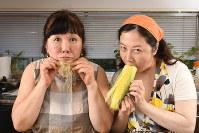 「ヒゲもつかえるで~」と西原理恵子さん(右)と枝元なほみさん「食品ロス」に気をつけましょう!=根岸基弘撮影