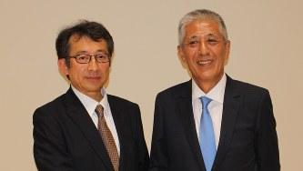 スルガ銀行の岡野光喜会長(右)と米山明広社長(※肩書きは当時)=2016年6月23日、石川宏撮影