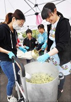 Local residents help to serve meals to disaster victims at an evacuation site in the town of Atsuma, Hokkaido, on the morning of Sept. 13, 2018, a week after a powerful earthquake struck the area. (Mainichi)