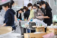 Local residents help to serve meals to disaster victims at an evacuation site in the town of Atsuma, Hokkaido, on the morning of Sept. 13, 2018, one week after a deadly earthquake struck the area. (Mainichi)