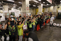 Foreign tourists observe a frozen tuna auction at Tsukiji fish market in Tokyo's Chuo Ward on Sept. 14, 2018. (Pool photo)