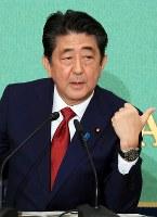石破茂元幹事長と討論する安倍晋三首相=東京都千代田区の日本記者クラブで2018年9月14日午前10時39分、梅村直承撮影