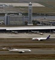 再開した第1ターミナル(中央)とA滑走路(手前)に着陸した航空機=関西国際空港で2018年9月14日午前8時52分、本社ヘリから望月亮一撮影