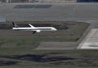運航再開したA滑走路に着陸する航空機=関西国際空港で2018年9月14日午前8時51分、本社ヘリから望月亮一撮影