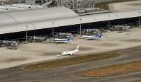 再開した第1ターミナル=関西国際空港で2018年9月14日午前8時44分、本社ヘリから望月亮一撮影